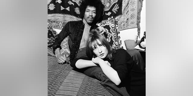 American singer and guitarist Jimi Hendrix with girlfriend Kathy Etchingham in his Mayfair flat, 런던, 7th January 1969.