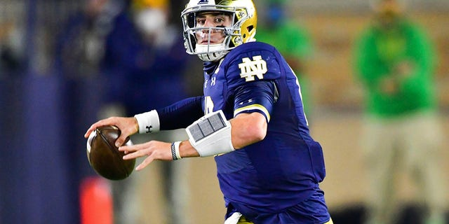 Notre Dame quarterback Ian Book looks for a receiver during the first quarter against Clemson in an NCAA college football game Saturday, 11 월. 7, 2020, in South Bend, 산업. (Matt Cashore/Pool Photo via AP)