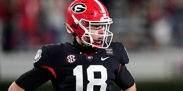 Georgia quarterback JT Daniels looks for a play call from the sideline during the first half of the team's NCAA college football game against Mississippi State, 星期六, 十一月. 21, 2020, in Athens, 嘎. (美联社照片/布林·安德森)