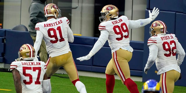San Francisco 49ers defensive tackle Javon Kinlaw (99) celebrates in the end zone after returning an interception for a touchdown during the second half of an NFL football game Sunday, 11 월. 29, 2020, 잉글 우드, 칼리프. (AP Photo/Alex Gallardo)