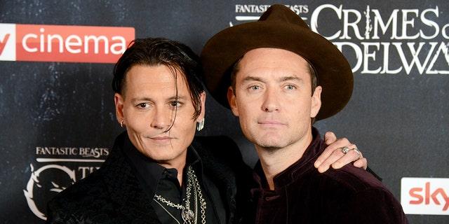 """约翰尼·德普, 剩下, 和裘德·劳(Jude Law)共同出演 """"神奇的野兽: 格林德瓦罪行。"""" (盖蒂图片社)"""