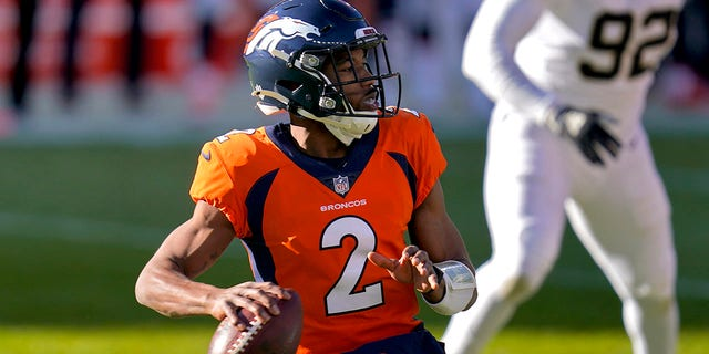 Denver Broncos quarterback Kendall Hinton (2) looks to throw against the New Orleans Saints during the first half of an NFL football game, 星期日, 十一月. 29, 2020, 在丹佛. (美联社照片/ David Zalubowski)