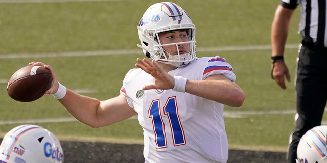 Florida quarterback Kyle Trask (11) passes against Vanderbilt in the first half of an NCAA college football game Saturday, 十一月. 21, 2020, 在纳什维尔, 天恩. (美联社照片/马克·汉弗莱)