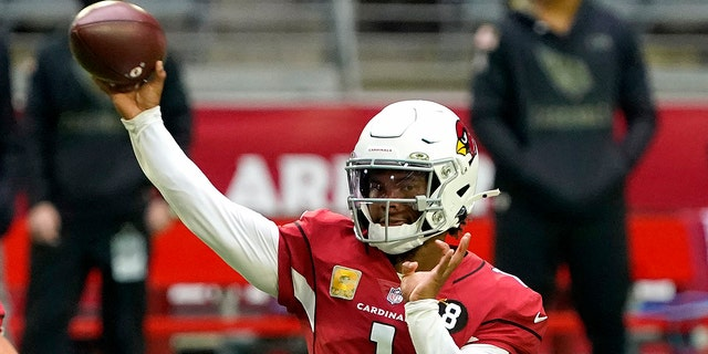 Arizona Cardinals quarterback Kyler Murray (1) throws against the Miami Dolphins during the first half of an NFL football game, Domenica, Nov. 8, 2020, in Glendale, Ariz. With the NFC East a total mess, the conference's West Division is so strong that three teams, possibly all four, figure to challenge for the playoffs. (AP Photo/Rick Scuteri)