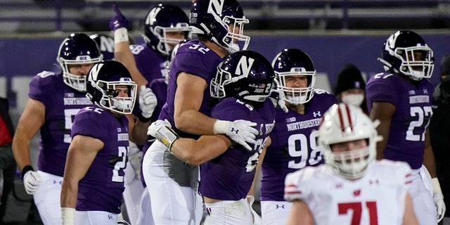 Northwestern players celebrate after they defeated Wisconsin 17-7 in an NCAA college football game in Evanston, 生病。, 星期六, 十一月. 21, 2020. (AP Photo/Nam Y. Huh)