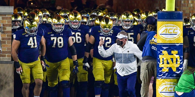 Notre Dame coach Brian Kelly leads the team out of the tunnel for an NCAA college football game against Clemson on Saturday, 十一月. 7, 2020, in South Bend, d. (Matt Cashore/Pool Photo via AP)