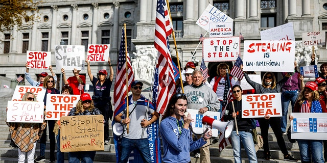 Rally organizer Scott Presler speaks at a pro-Trump rally at the Pennsylvania state Capitol in Harrisburg, 잘., 금요일, 11 월. 5, 2020. (Dan Gleiter/The Patriot-News via AP)