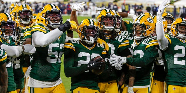 Green Bay Packers' Darnell Savage (26) celebrates his interception with teammates during the first half of an NFL football game Sunday, Nov.. 29, 2020, in Groenbaai, Wys. (AP Foto / Matt Ludtke)