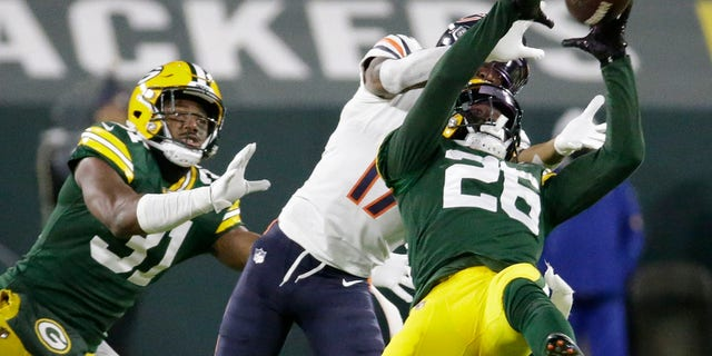 Green Bay Packers' Darnell Savage intercepts a pass in front of Chicago Bears' Anthony Miller during the second half of an NFL football game Sunday, 11 월. 29, 2020, 그린 베이, Wis. (AP Photo/Mike Roemer)
