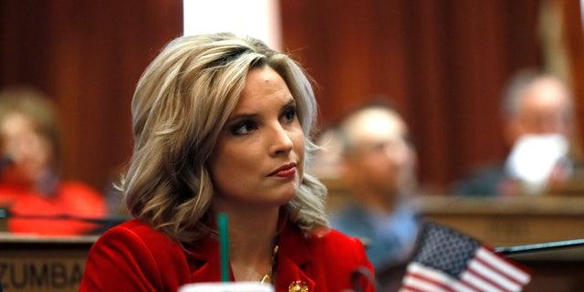 Ashley Hinson, una madre multitarea que maneja una minivan, cambió un asiento azul a rojo en Iowa al hacer campaña sobre los problemas de la mesa de la cocina y se comprometió a ser una defensora de los contribuyentes en el Congreso.  (Foto AP / Charlie Neibergall, archivo)