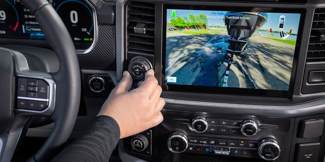 Die 2021 F-150 also offers an optional Pro Trailer Backup Assist that steers the vehicle in reverse as the driver uses a knob on the dashboard to point it where it wants it to go.