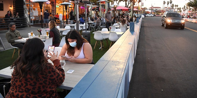 Customers dine in the Hollywood Riviera area of Redondo Beach on Nov. 15, 2020. (Wally Skalij/Los Angeles Times via Getty Images)