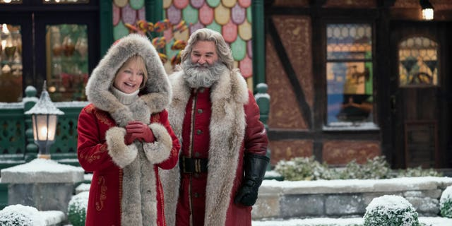 (L to R) Goldie Hawn as Mrs. Claus and Kurt Russell as Santa Claus.