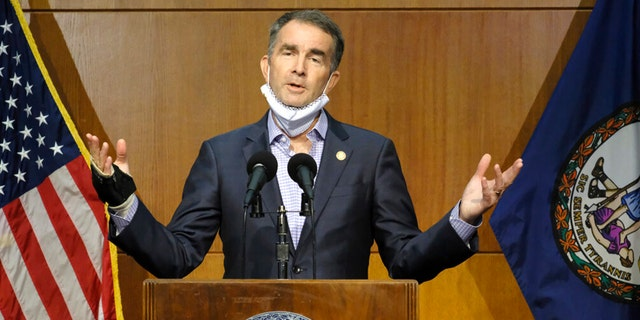 Virginia Gov. Ralph Northam answers a reporter's question during a press conference at the Patrick Henry Building in Richmond, Va., 11 월. 10, 2020. (Bob Brown/Richmond Times-Dispatch via AP)