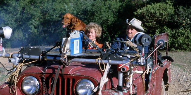 Ronald Reagan drove his Jeep during an interview with Barbara Walters for 20/20 在 1981.