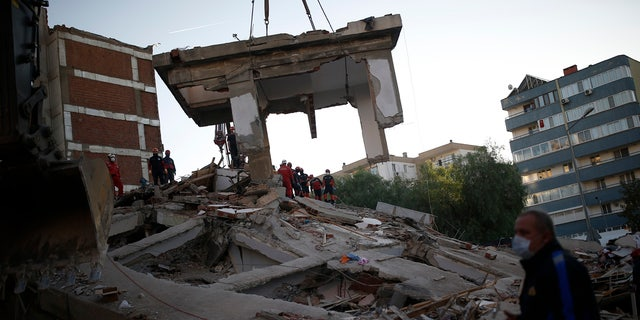 Members of rescue services search for survivors in the debris of a collapsed building in Izmir, 터키, 토요일, 10 월. 31, 2020.