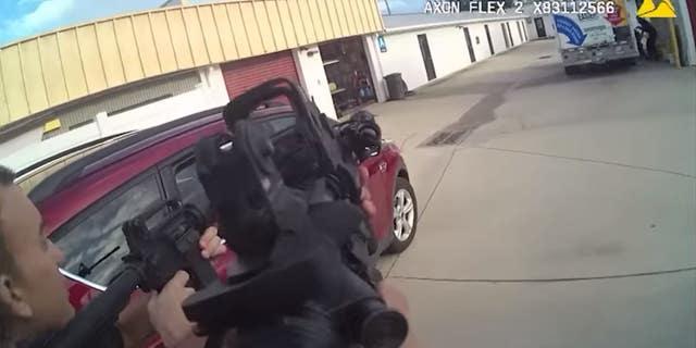 경찰관과 Thomas는 저장 시설에서 총격을 교환했습니다., 경찰은 말했다.