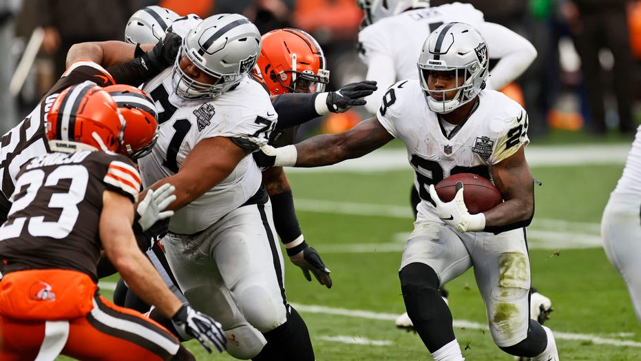 Cleveland weather leads to Raiders' botched field goal attempt vs. Browns