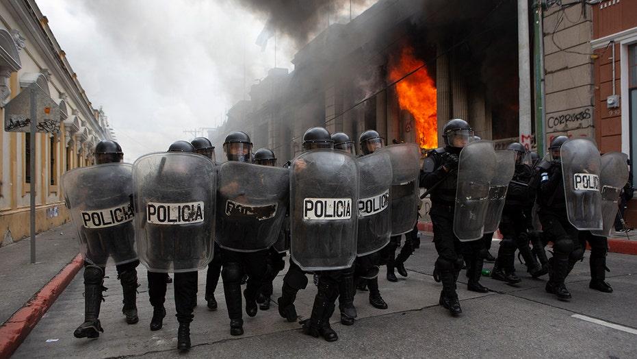 I manifestanti in Guatemala irrompono nel palazzo del Congresso, dare fuoco