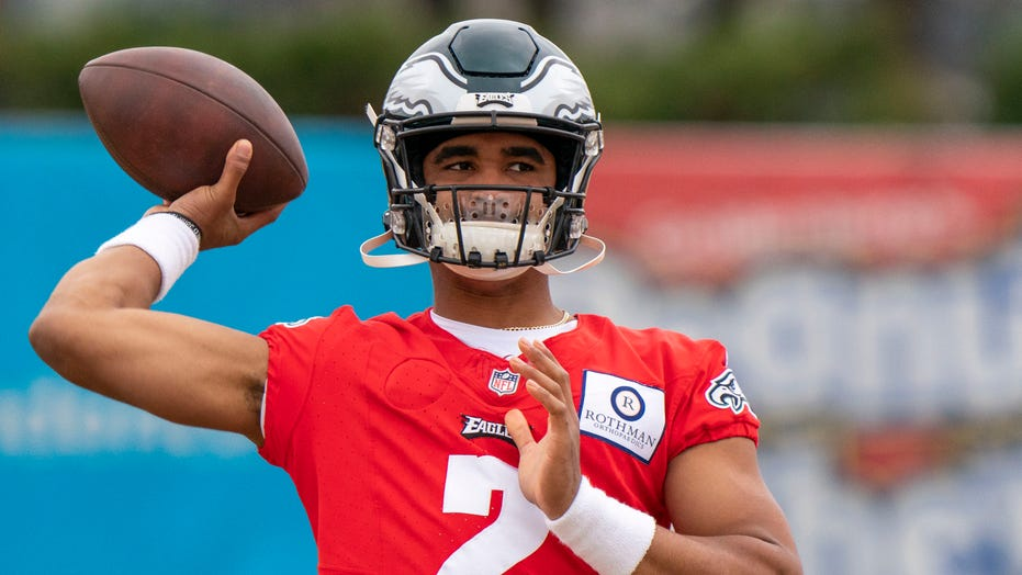 Eagles to start Carson Wentz but prepare Jalen Hurts for play time: report
