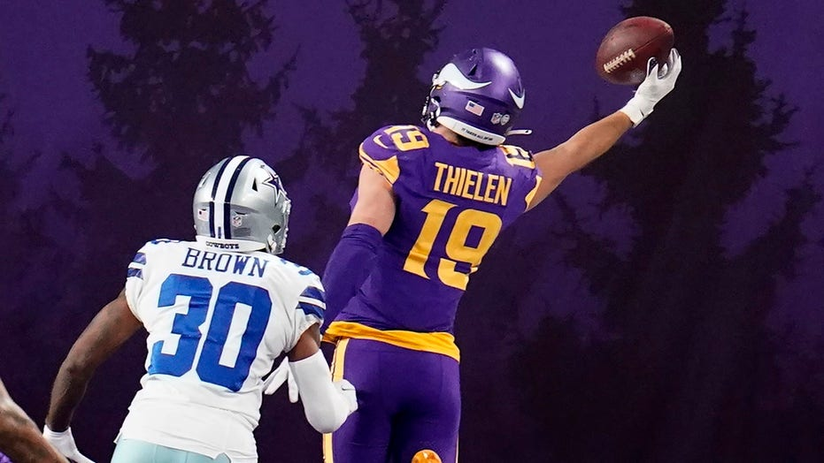 Vikings' Adam Thielen makes incredible one-handed touchdown grab vs. 牛仔