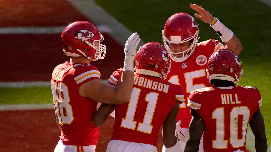 Patrick Mahomes tosses 5 touchdown passes in Chiefs win
