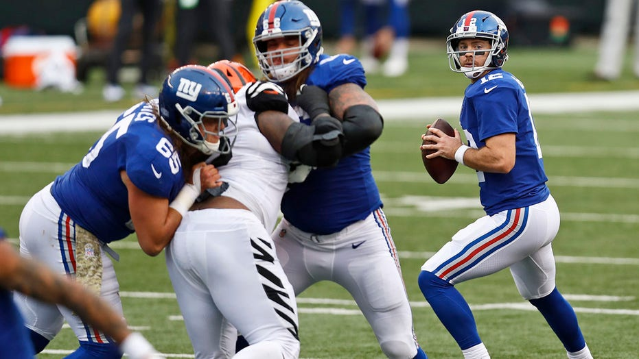 QB Jones injured in Giants' win over Burrow-less Bengals
