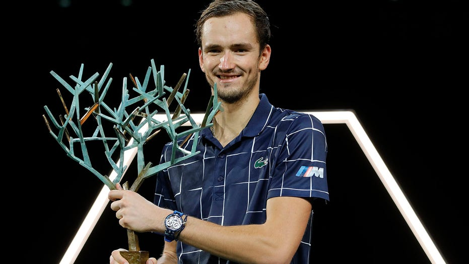 Medvedev beats Zverev to win his 1st Paris Masters final