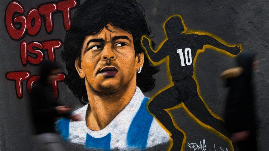 Il calciatore spagnolo si siede durante il tributo a Diego Maradona prima della partita