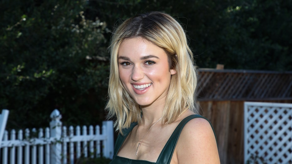 Sadie Robertson and her husband recreate her parents' pregnancy beach pic: 'Truly timeless'