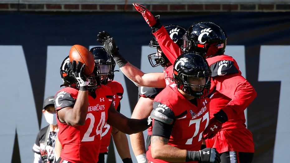 No. 6 Cincinnati focuses on Houston amid playoff buzz