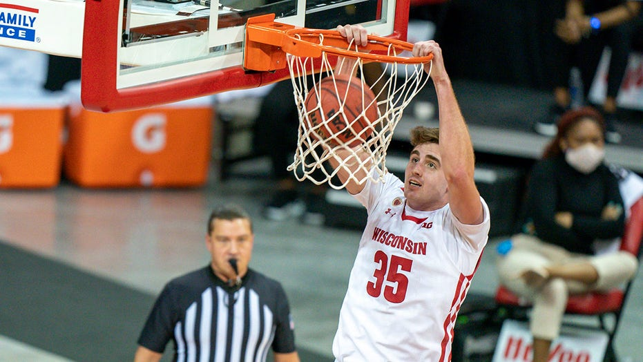 No. 7 Wisconsin rolls past Arkansas-Pine Bluff 92-58
