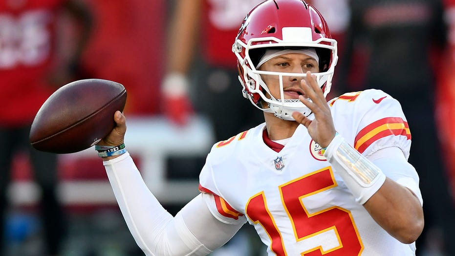 Mahomes, Hill have huge day, Chiefs hold off Bucs 27-24