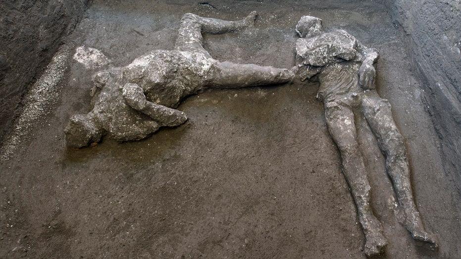 Pompeii 'sorcerer's treasure trove' discovered, 带骨头, skull charms and gems for rituals