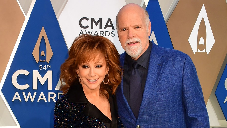 At CMA Awards, Reba McEntire, Rex Linn make red carpet debut