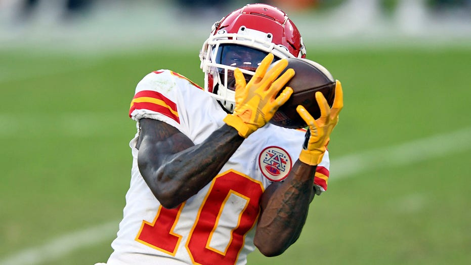 Chiefs' Tyreek Hill finishes off 44-yard touchdown pass from Patrick Mahomes with back flip