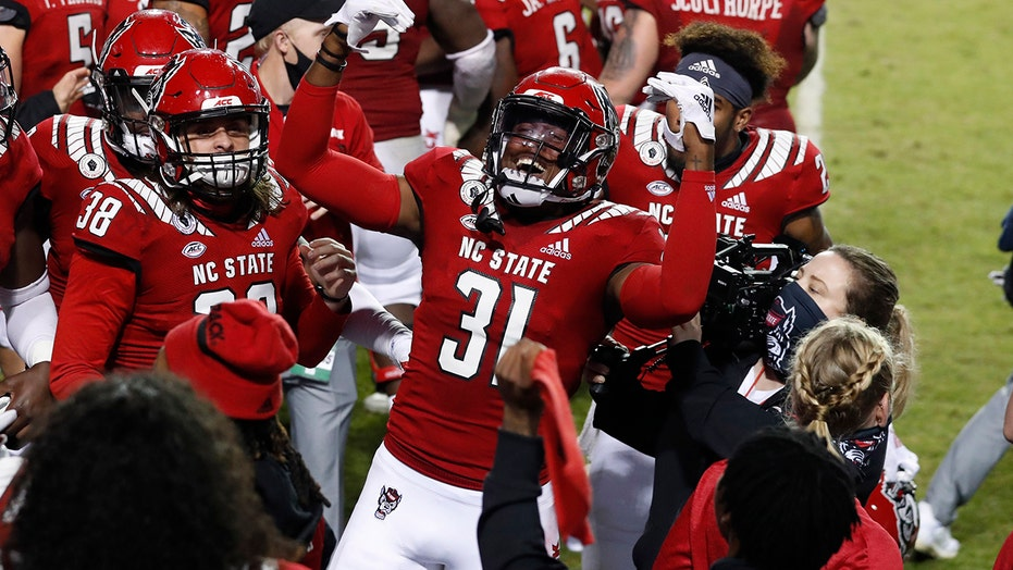 Blocked FG helps NC State hold off No. 21 自由 15-14