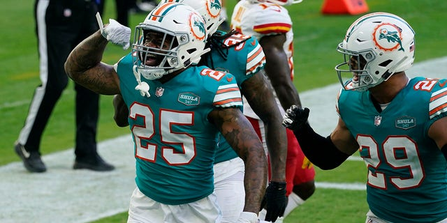 Miami Dolphins cornerback Xavien Howard (25) celebrates after intercepting a pass during the second half of an NFL football game against the Kansas City Chiefs, Sondag, Des. 13, 2020, in Miami Gardens, Fla. (AP Photo / Lynne Sladky)