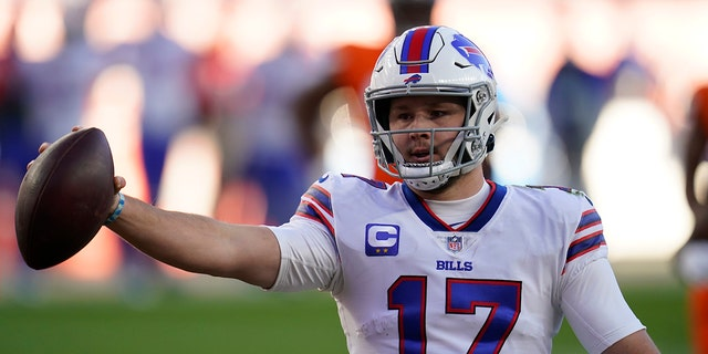 Buffalo Bills quarterback Josh Allen celebrates after scoring a touchdown during the first half of an NFL football game against the Denver Broncos, Sabato, Dic. 19, 2020, a Denver. (AP Photo/Jack Dempsey)