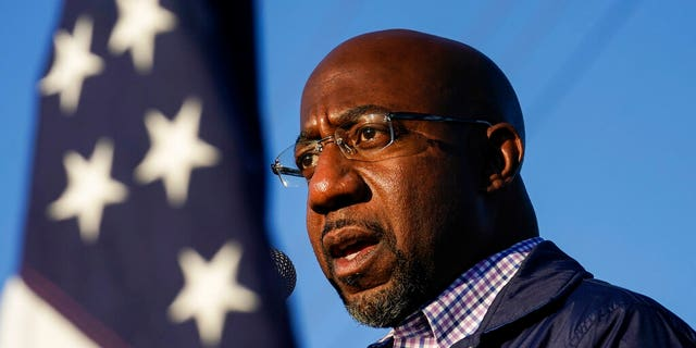 Raphael Warnock, un candidato democratico per gli Stati Uniti. Senato, speaks during a campaign rally in Marietta, Ga. Warnock and U.S. Suo. Kelly Loeffler are in a runoff election for the Senate seat. (AP Photo / Brynn Anderson, File)