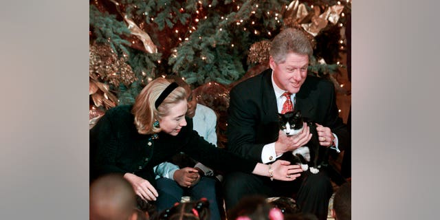 "In questo dic. 20, 1996, file photo President Clinton holds Socks the cat as he and first lady Hillary Clinton host Washington area elementary school children at the White House where the president read ""Twas the Night Before Christmas."" (AP Photo/Ruth Fremson)"