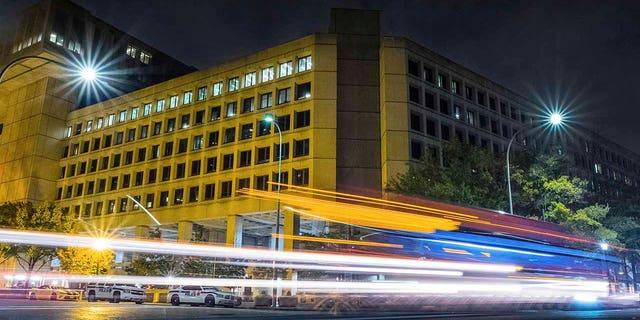 In hierdie Nov.. 1, 2017, lêerfoto, verkeer langs Pennsylvanialaan in Washington streep verby die hoofkantoorgebou van die Federale Buro vir Ondersoek.  (AP Foto / J. David Ake, lêer)