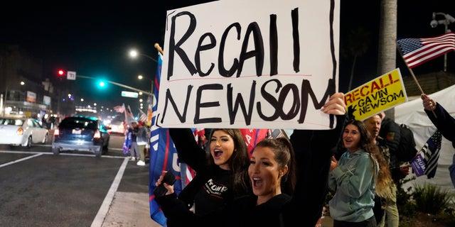 Demonstrators shout slogans while calling for the recall of Gov. Gavin Newsom during a protest in Huntington Beach, Kalifornië, Nov.. 21, 2020. (Associated Press)