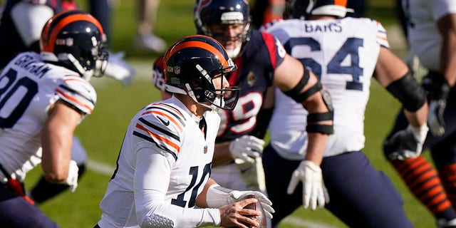 Chicago Bears quarterback Mitchell Trubisky (10) looks to throw during the first half of an NFL football game against the Houston Texans, Domenica, Dic. 13, 2020, a Chicago. (AP Photo / Nam Y. Eh)