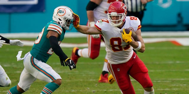 Kansas City Chiefs tight end Travis Kelce (87) stops Miami Dolphins free safety Brandon Jones (29), durante la prima metà di una partita di football della NFL, Domenica, Dic. 13, 2020, a Miami Gardens, Fla. (AP Photo/Lynne Sladky)