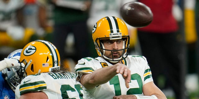 Green Bay Packers quarterback Aaron Rodgers throws during the first half of an NFL football game against the Detroit Lions, Domenica, Dic. 13, 2020, a Detroit. (AP Photo/Paul Sancya)