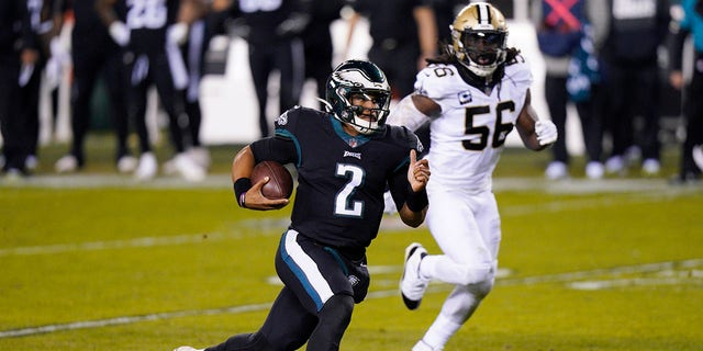 Philadelphia Eagles' Jalen Hurts scrambles during the first half of an NFL football game against the New Orleans Saints, Sondag, Des. 13, 2020, in Philadelphia. (AP Photo/Chris Szagola)
