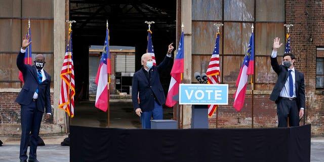 Verkose president Joe Biden, sentrum, acknowledges supporters at the end of a drive-in rally for Georgia Democratic candidates for U.S. Senate Raphael Warnock, links, and Jon Ossoff, Dinsdag, Des. 15, 2020, in Atlanta. (AP Foto / Patrick Semansky)
