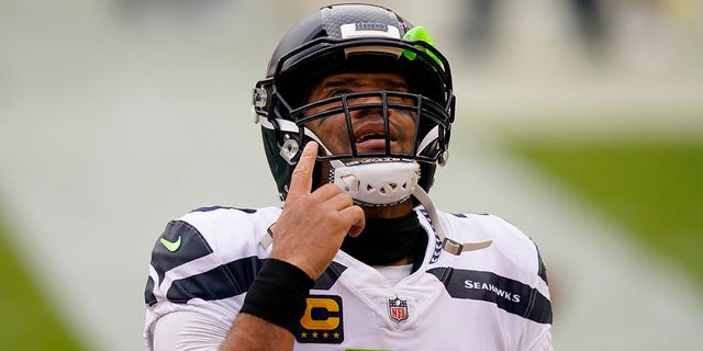 Il quarterback dei Seattle Seahawks Russell Wilson (3) points upwards before the start of the first half of an NFL football game against the Washington Football Team, Domenica, Dic. 20, 2020, in Landover, Md. (AP Photo / Andrew Harnik)