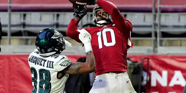 Arizona Cardinals wide receiver DeAndre Hopkins (10) scores a touchdown as Philadelphia Eagles defensive back Michael Jacquet (38) defends during the second half of an NFL football game, Domenica, Dic. 20, 2020, in Glendale, Ariz. (AP Photo/Rick Scuteri)